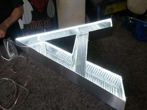 Fabricação de letra caixa com LED